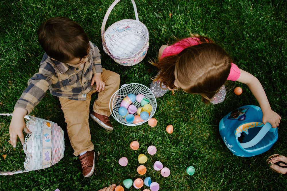 children play with baskets
